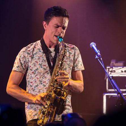 Basile Verschaeve joue sur son bec de saxophone Syos alto