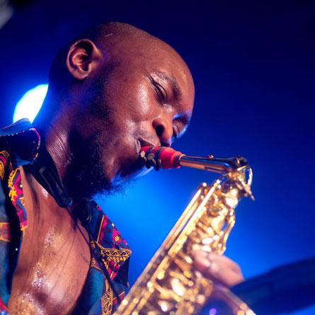 Seun Kuti joue sur son bec de saxophone Syos alto