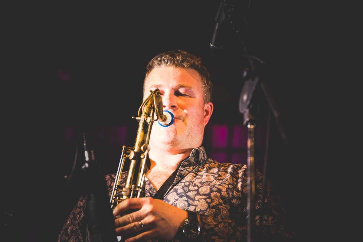 James Arben joue sur son bec de saxophone Syos ténor