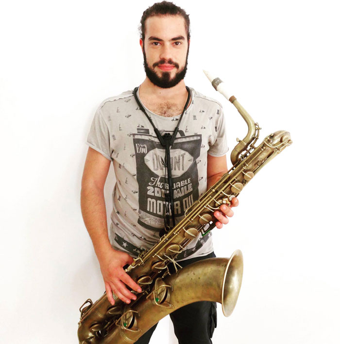 Giovanni Chirico and his white Syos baritone saxophone mouthpiece