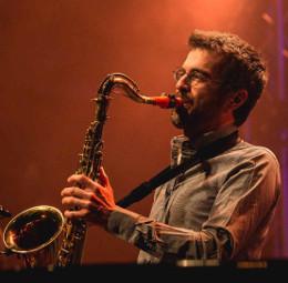 Ferdinand Doumerc joue sur son bec de saxophone Syos