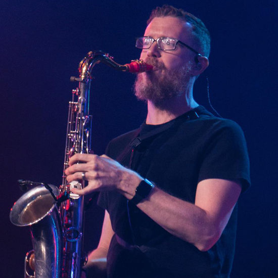 Eddie Rich joue sur son bec de saxophone Syos ténor