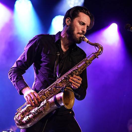 Jørgen Munkeby joue sur son bec de saxophone Syos