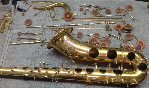 Plastic or Metal? Saxophone pad resonators blind test