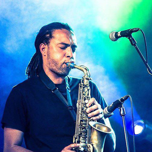 Nick Richards joue sur son bec de saxophone Syos