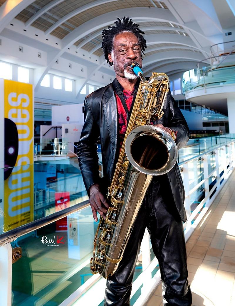 Knoel Scott joue un bec de saxophone Syos
