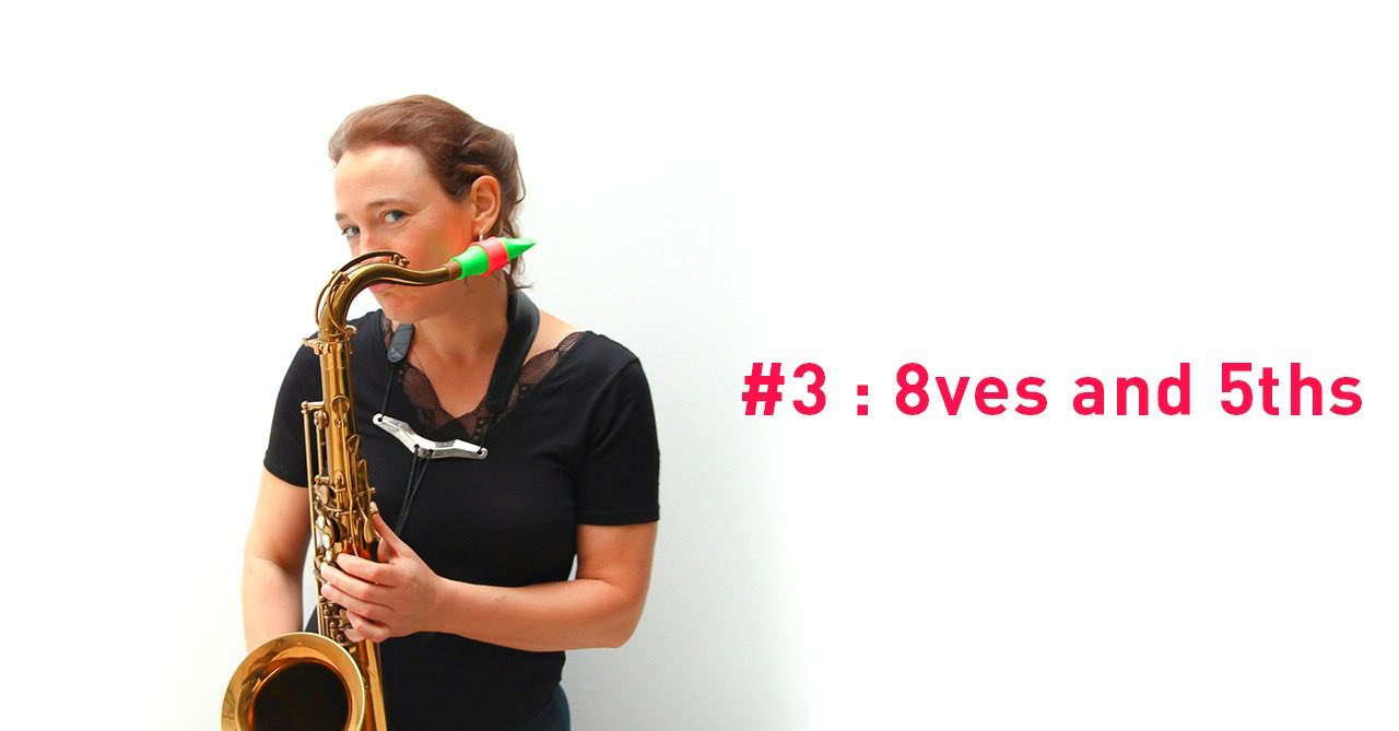 Une femme tient un saxophone, quinte et octave
