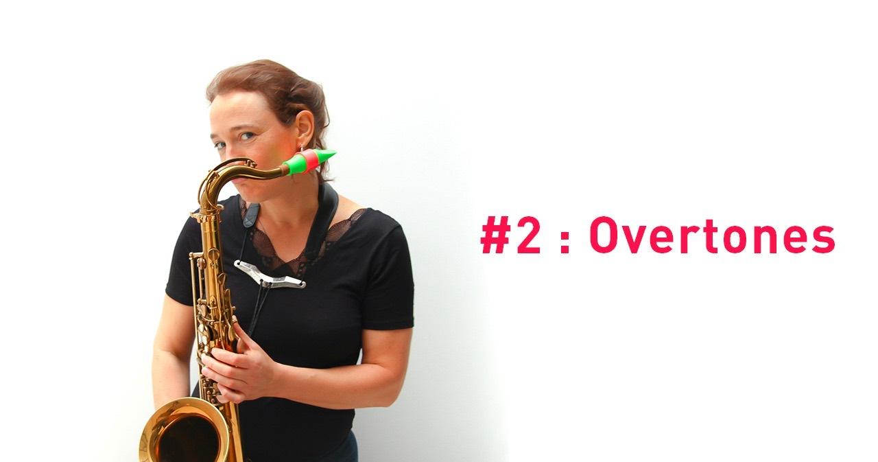 Une femme tient un saxophone harmoniques