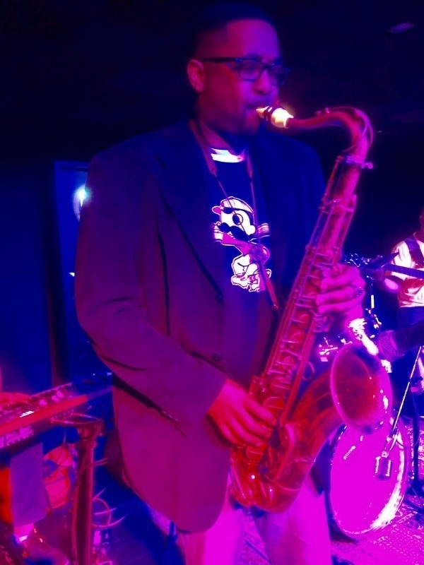 The saxophonist Lionel Lyles plays a Syos tenor saxophone mouthpiece