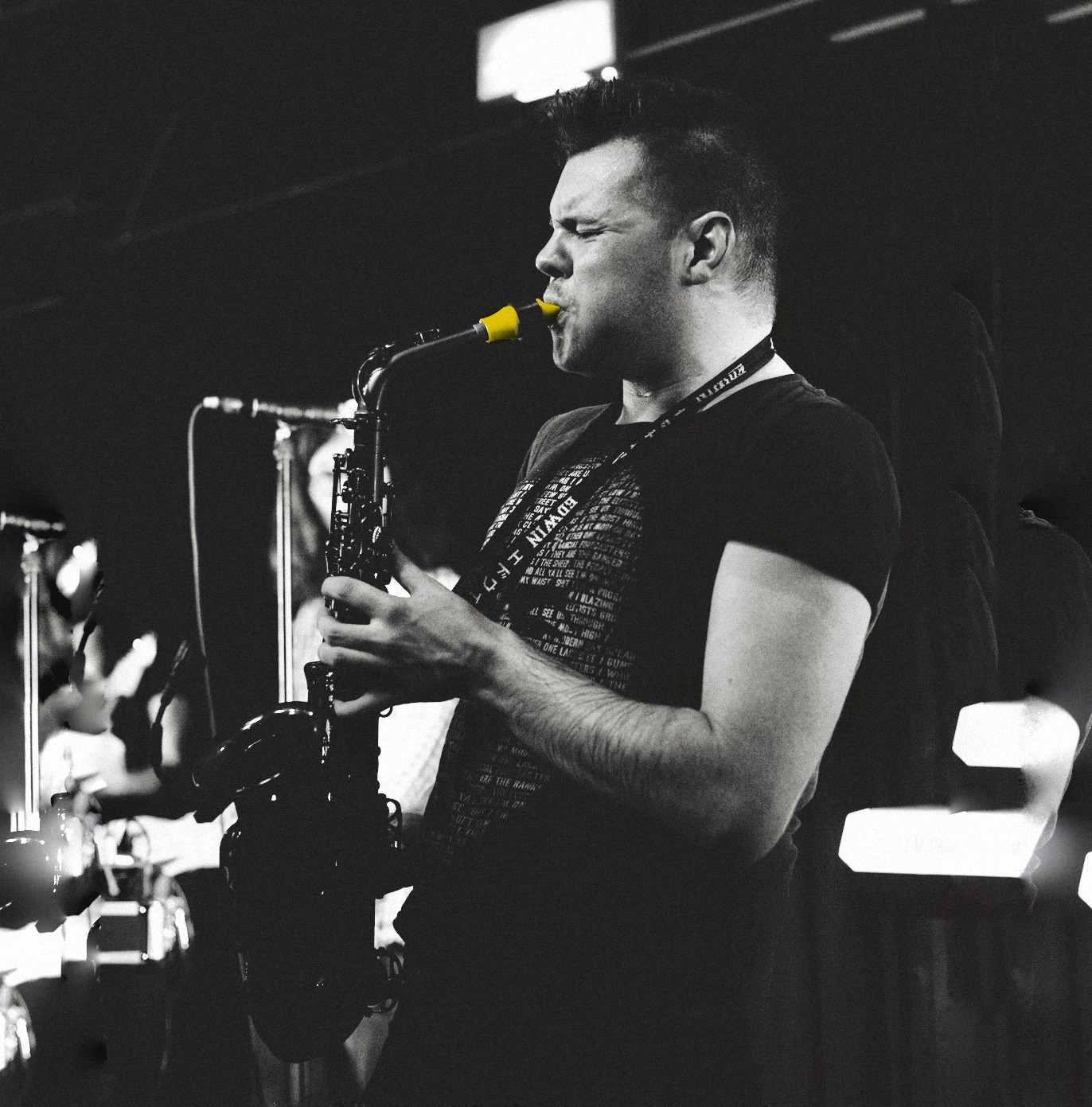 Edwin Pope joue sur son bec de saxophone Syos