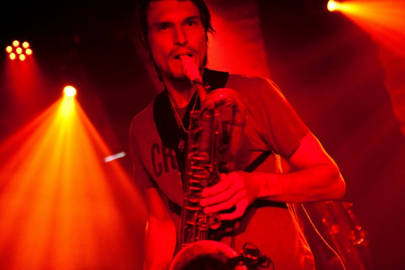 Wenzl Mcgowen joue sur son bec de saxophone Syos Baryton
