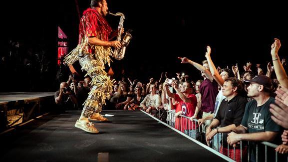 Pepe joue du saxophone sur scène devant la foule