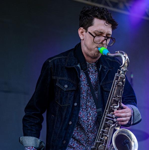 Connor Newton joue un bec de saxophone ténor Syos