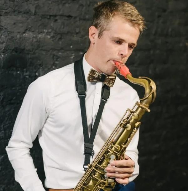 Artur Medvedev joue un bec de saxophone ténor Syos