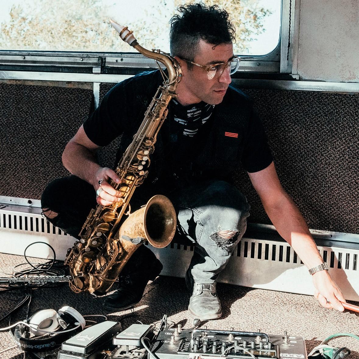 Aaron Lebowitz joue Syos au saxophone