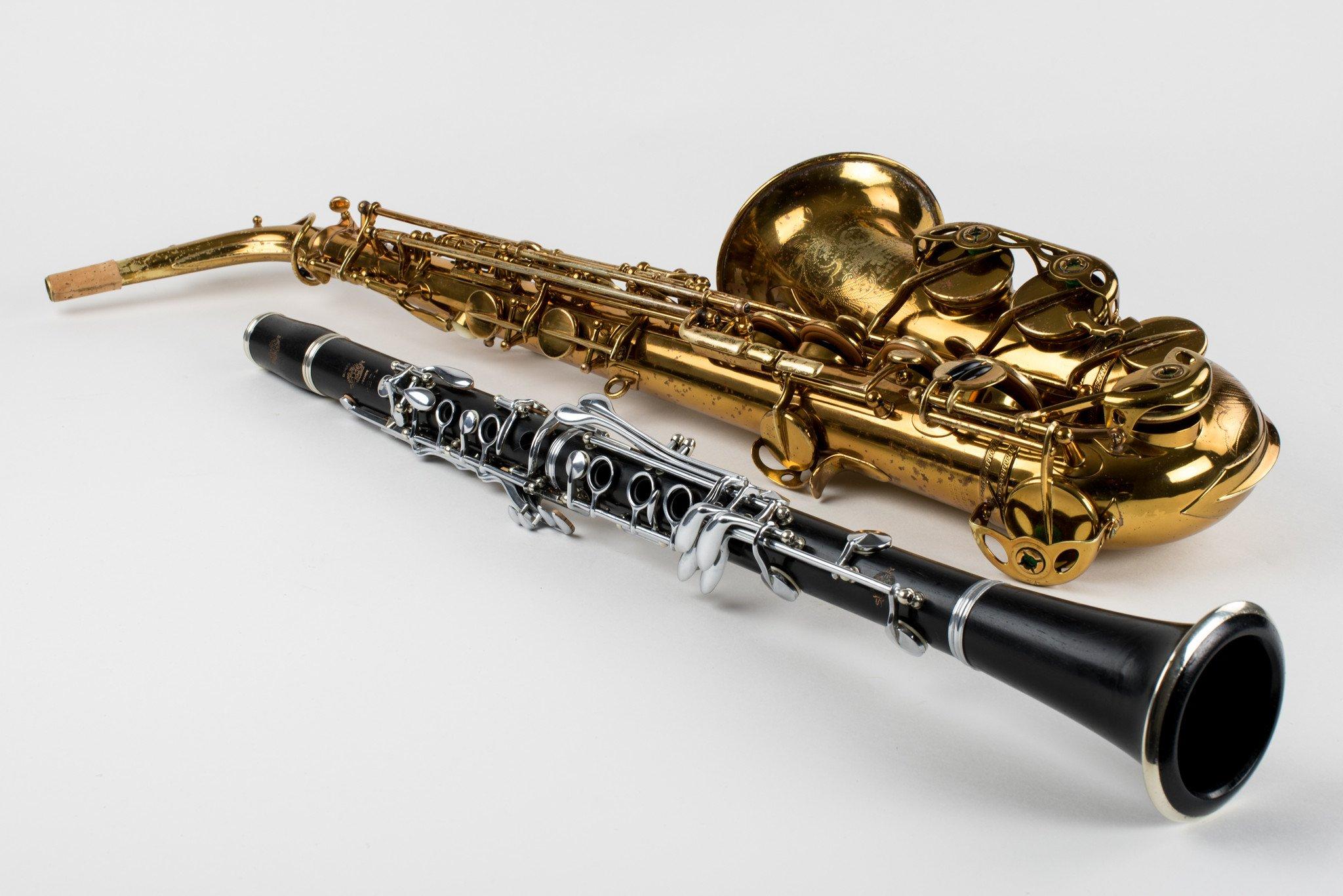 Un saxophone et une clarinette