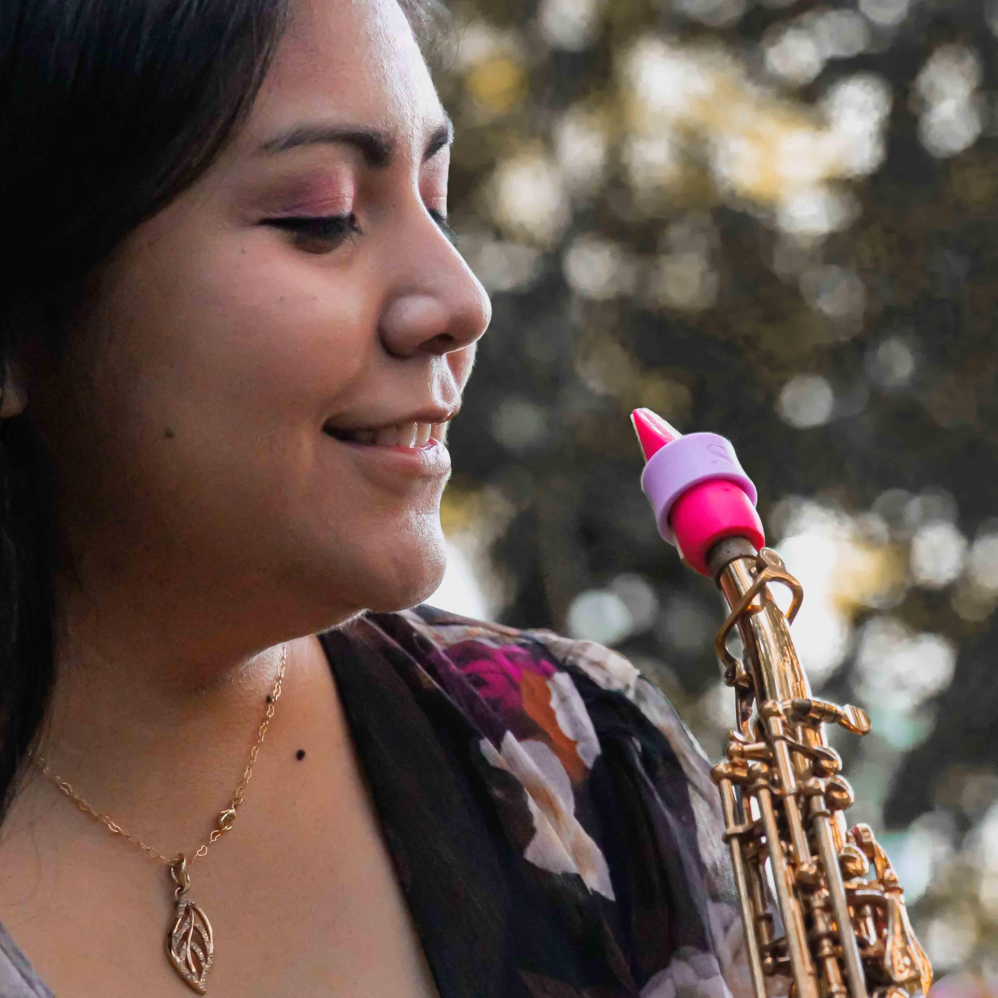 Claudia Medina plays a Syos mouthpiece for soprano saxophone